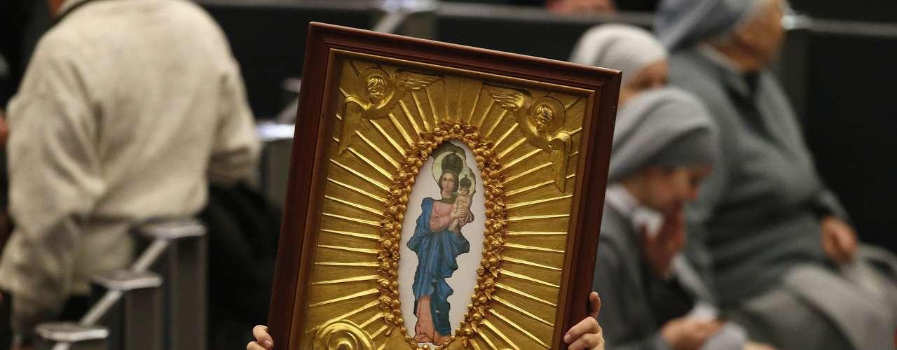 Fiel exibe símbolo religioso durante a audiência