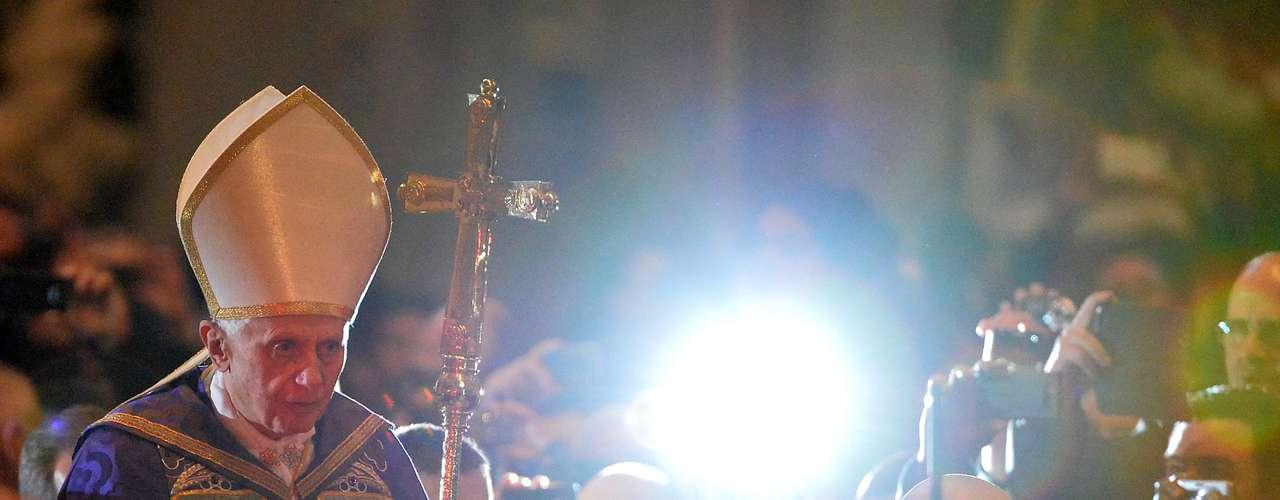 Bento XVI é fotografado durante sua entrada para realizar a missa da quarta-feira de cinzas