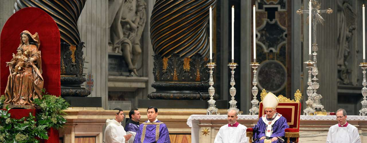Bento XVI  participa de missa que marca a quarta-feira de cinzas na Basílica de São Pedro, no Vaticano
