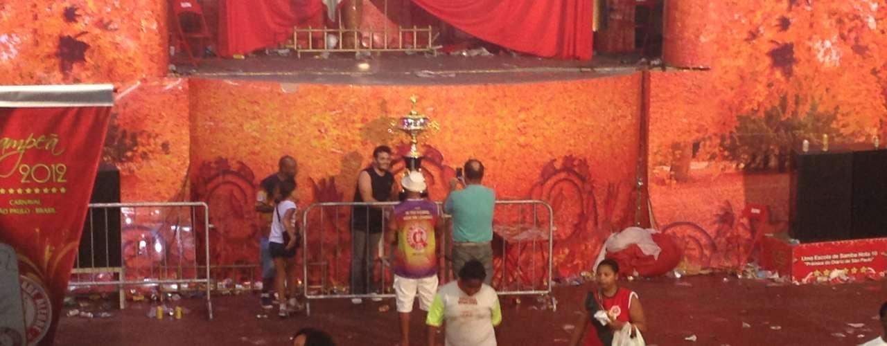 Após cerca de 5 horas do começo da festa da Mocidade Alegre, campeã do Carnaval 2013 de São Paulo, a diretoria da escola resolveu encerrar a comemoração na quadra, esvaziando o local por volta de 22h15
