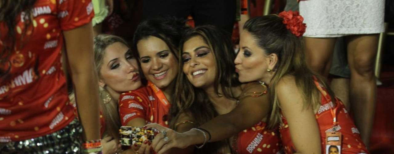 Juliana Paes curte Carnaval com as amigas e registra o momento