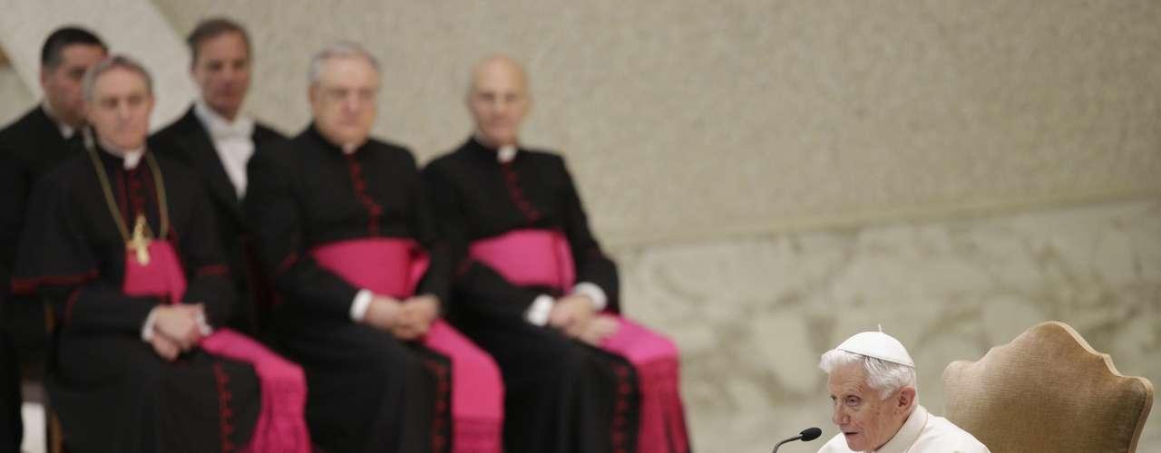 Bento XVI conduz a audiência, que faz parte de seu calendário de despedida