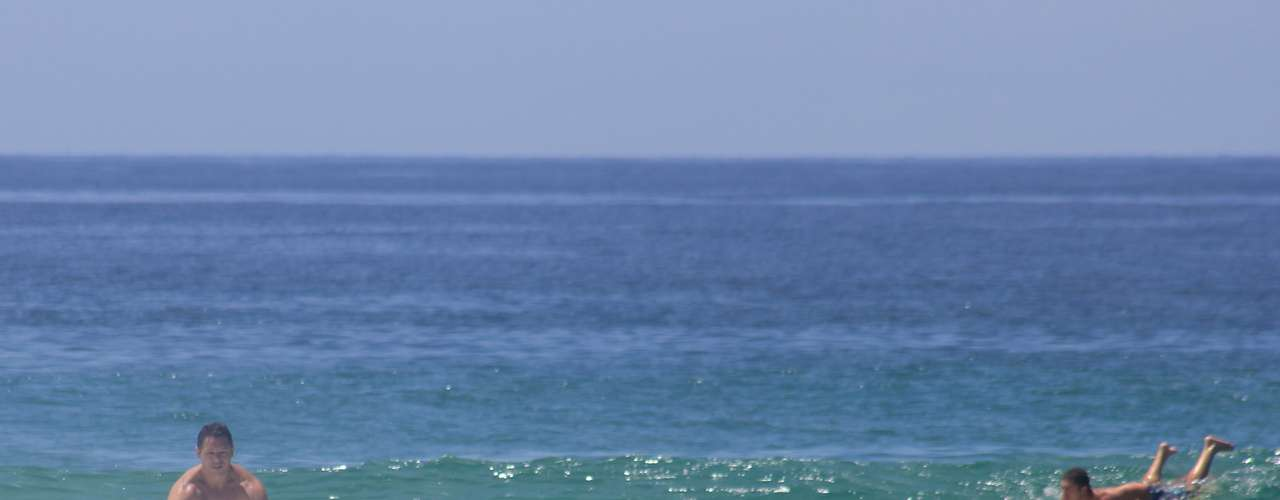 16 de fevereiro Surfistas aproveitam o dia quente em Florianópolis