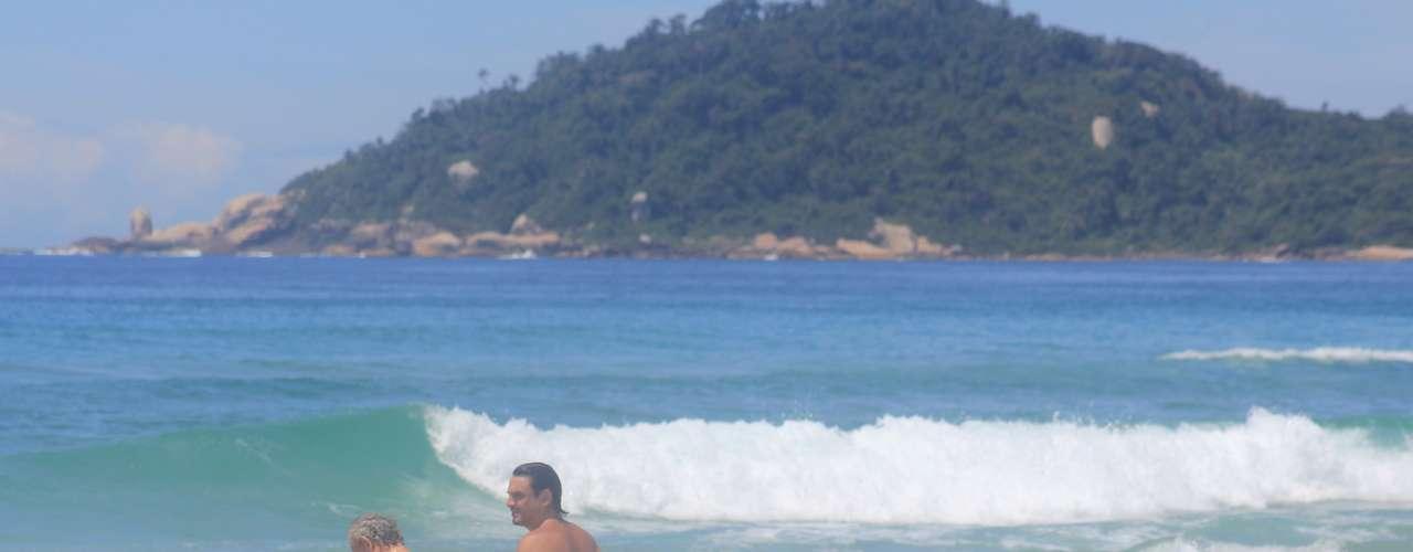 16 de fevereiro Homens observam a bela paisagem do litoral catarinense