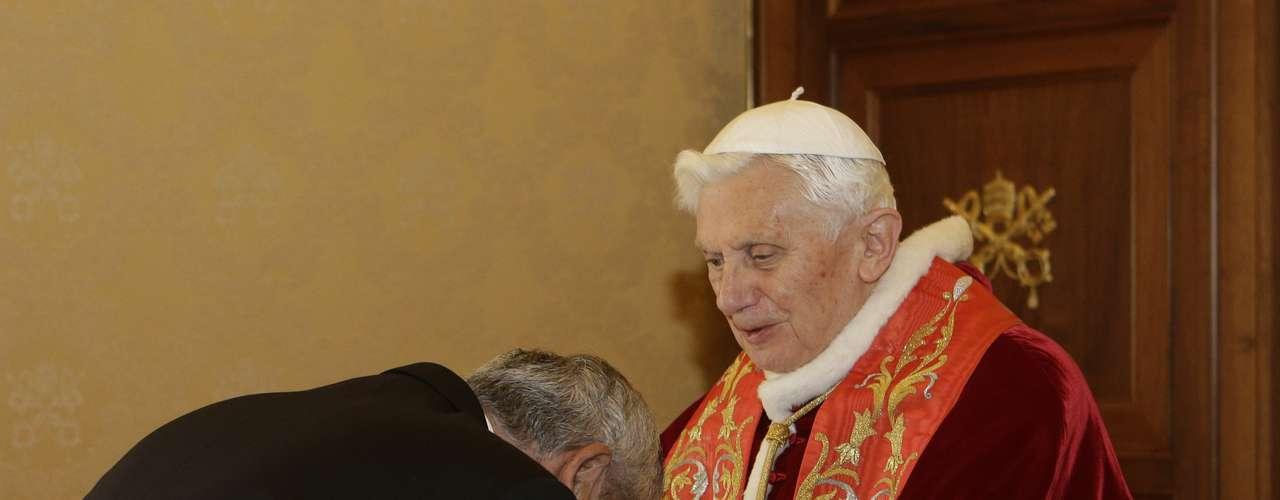 Otto Perez Molina, presidente da Guatemala, beija as mãos do papa Bento XVI