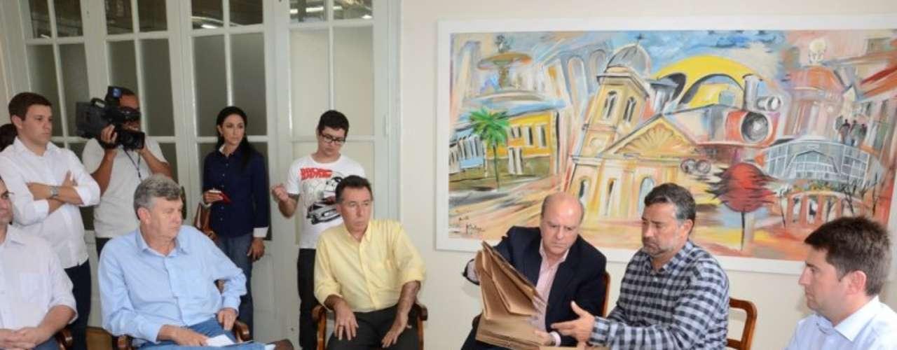 16 de fevereiroSchirmer entregou aos deputados e vereadores documentação sobre a Boate Kiss