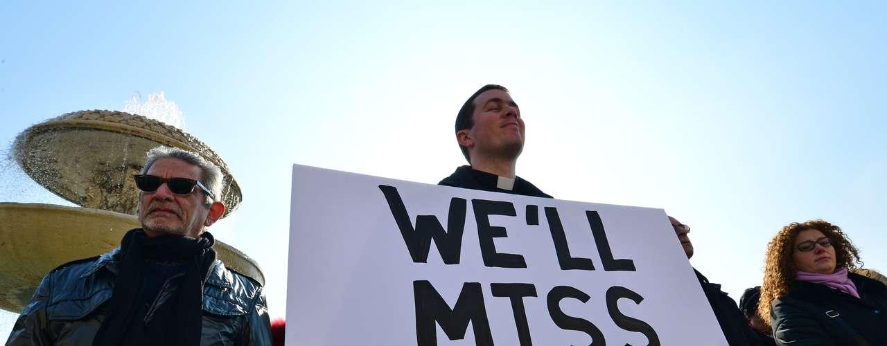 Fiel segura faixa dizendo que sentirá falta do Papa. Bento XVI renunciou e deixará o pontificado no dia 28 de fevereiro