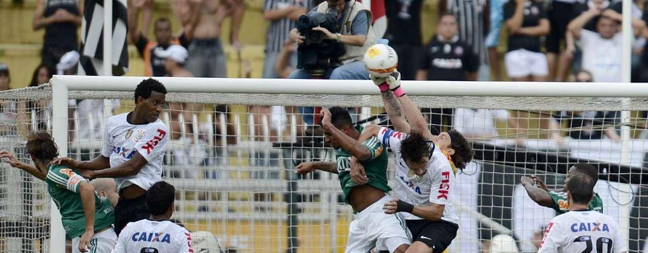 O Palmeiras deu trabalho para a zaga corintiana, especialmente nas bolas alçadas na área de Cássio