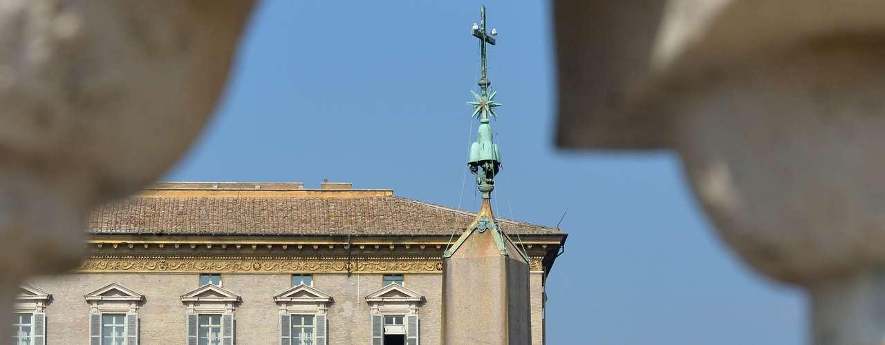 Papa Bento XVI aparece na janela de seu apartamento para realizar a oração do Angelus