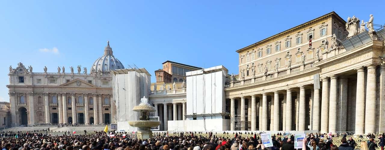 Fieis acompanham a oração do Papa bento XVI na janela de seu apartamento