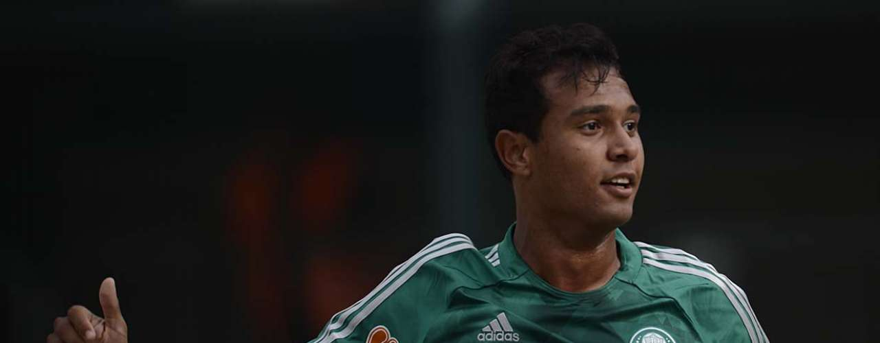 Vinícius cabeceou para o gol e virou o jogo para o Palmeiras no começo do segundo tempo