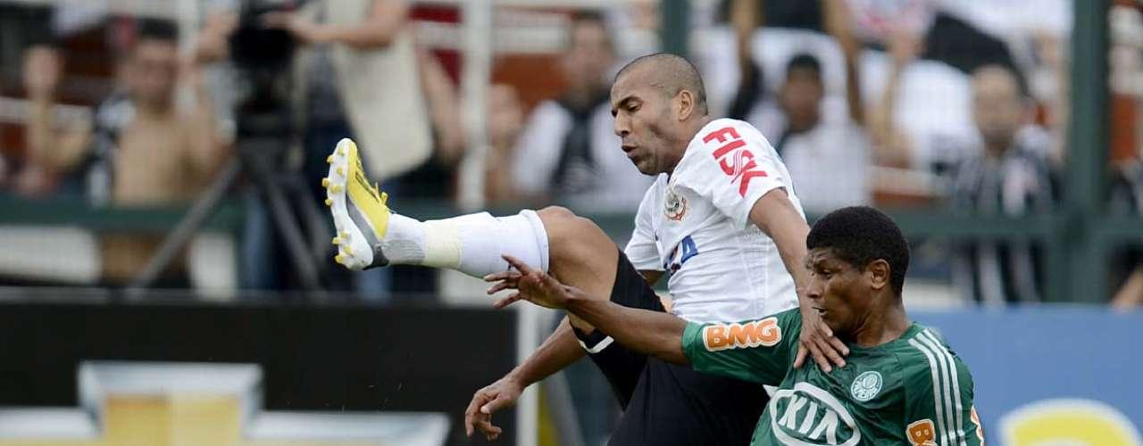 Aos poucos, o Palmeiras se encaixou em campo e passou a neutralizar o ataque corintiano