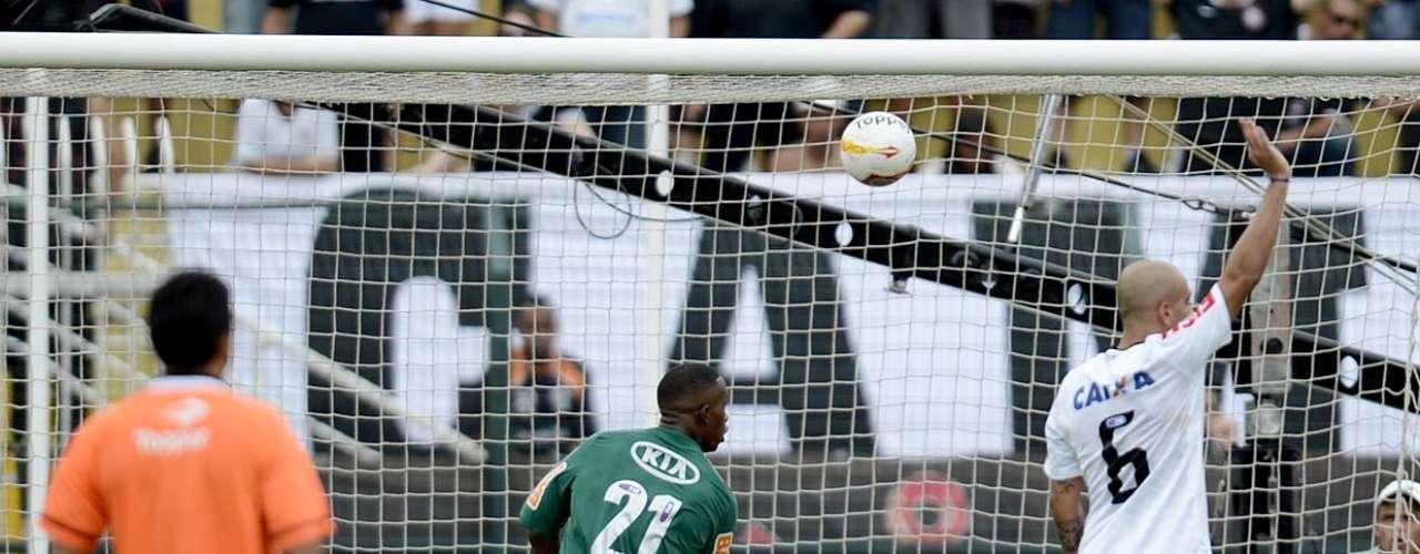 Tanto assim que o Palmeiras chegou a colocar a bola na rede mais uma vez no primeiro tempo, mas Patrick Vieira estava impedido e o lance não foi validado