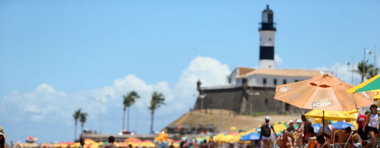 17 de fevereiro - Criança brinca na beira da praia do Farol da Barra, em Salvador