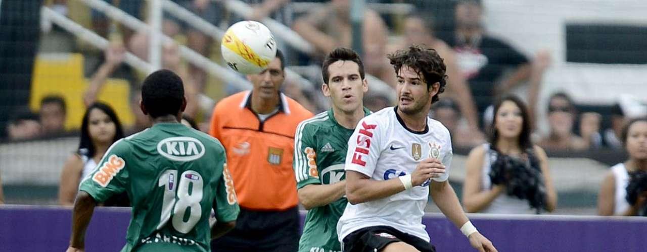 Pato, que substituiu Guerrero, atraiu a atenção da defesa palmeirense e ofereceu trabalho aos arquirrivais