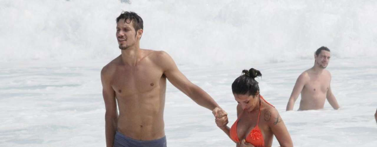 Lizzi Benites, a eterna Piu-Piu do programa Pânico, passou com namorado na praia da Barra