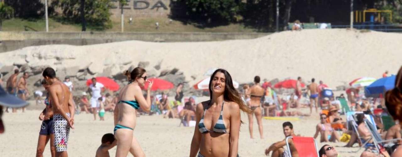 A apresentadora Cynthia Howlett deu o ar da graça na praia do Leblon usando um biquíni listrado