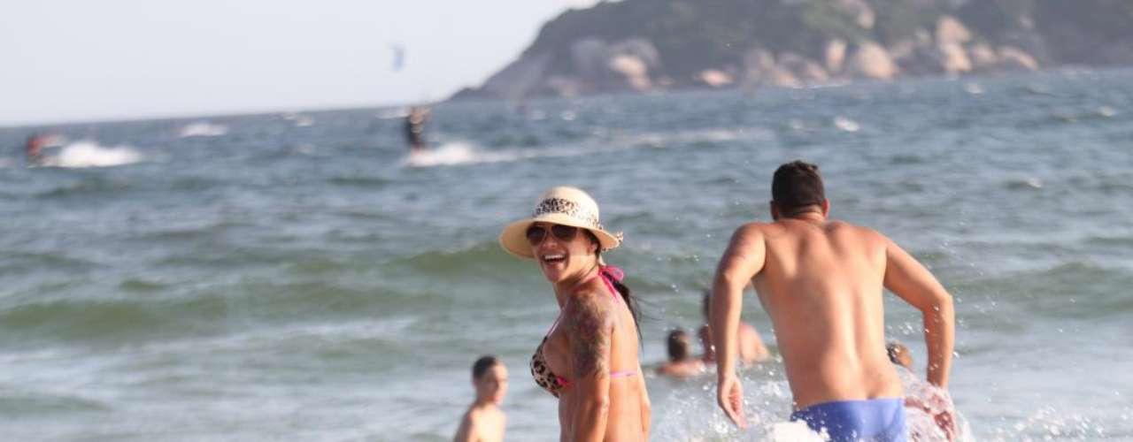 : Fabiana Frota, mulher de Alexandre Frota, mostrou sensualidade ao usar um biquíni com estampa de oncinha