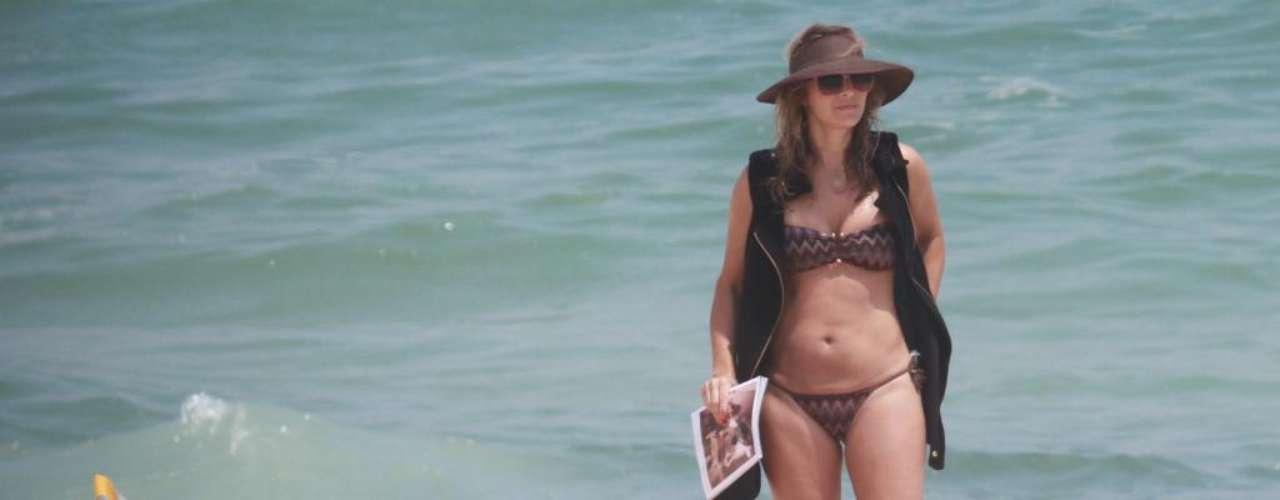 A atriz Christine Fernandes usou um biquíni de estampa étnica enquanto tomava sol