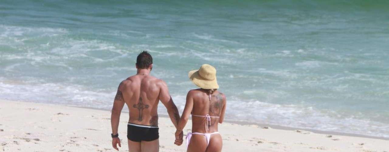 Jaque Khury passeou de mãos dadas com o namorado na praia da Reserva usando um biquíni bastante sensual