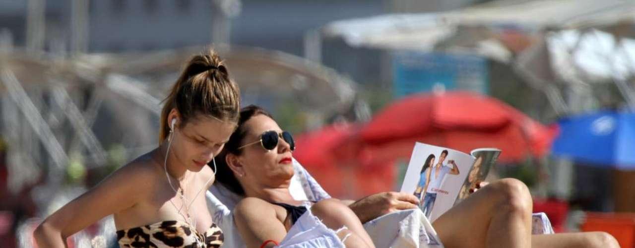 Yasmin Brunet apostou num biquíni tomara-que-caia de oncinha para tomar sol na praia