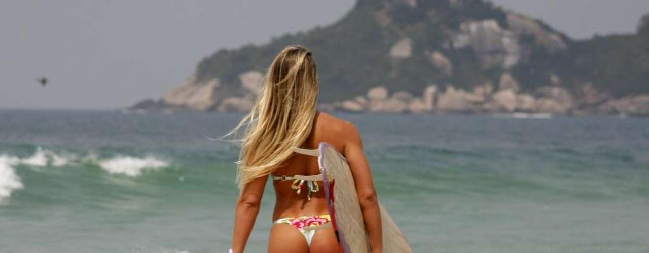 A modelo e personal trainer Joana Machado aproveitou as ondas da praia da Barra para surfar