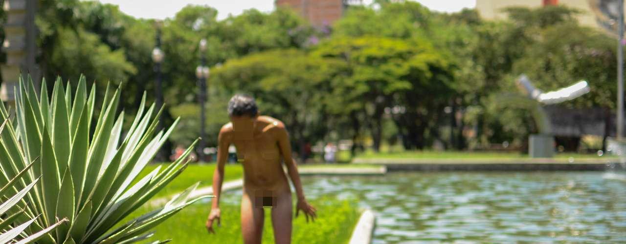 18 de fevereiro -Mulher nua toma banho no chafariz da Sé, no centro de São Paulo, nesta segunda-feira