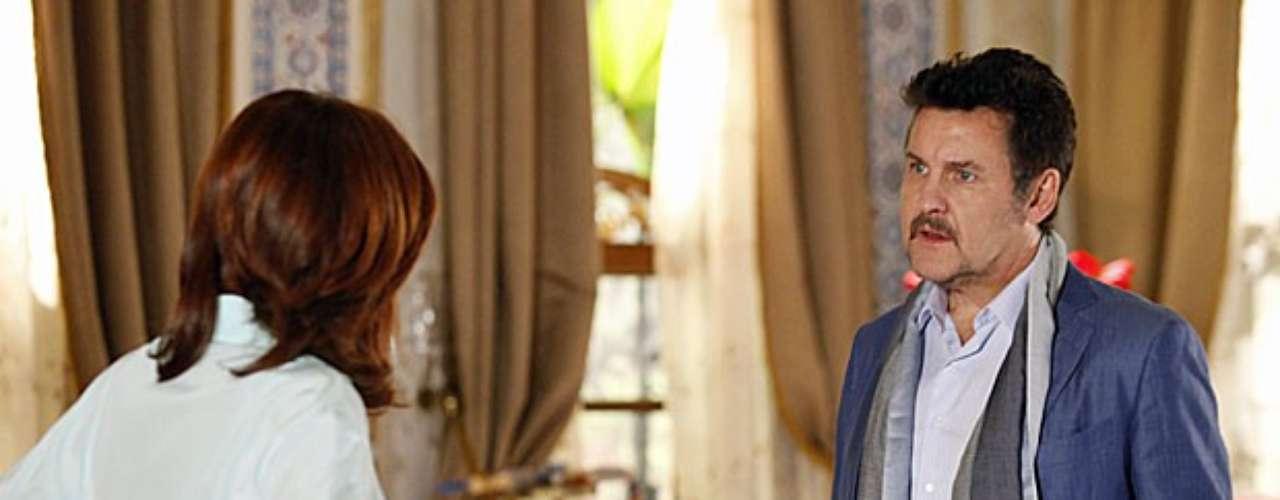 Mustafa não vai contar a Berna que foi a boate e levou Morena para um quarto de hotel