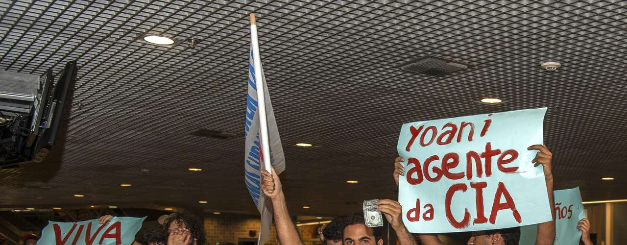 Chegada da cubana provocou reações opostas entre os que esperavam por ela no aeroporto