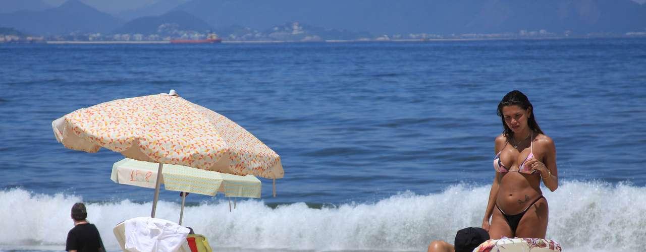18 de fevereiro - O sol forte levou banhistas para a praia de Copacabana, no Rio de Janeiro