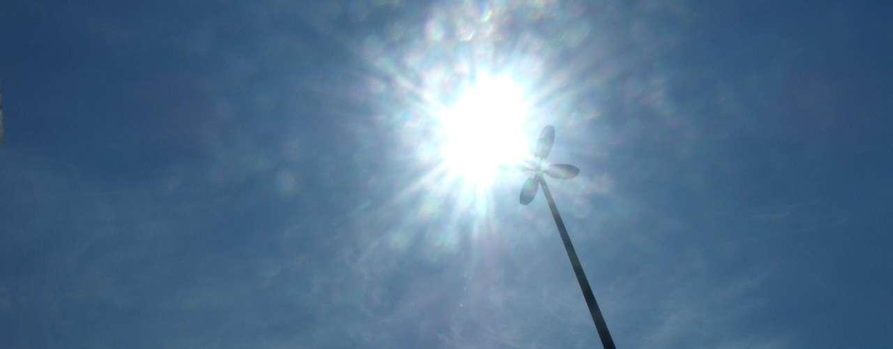 18 de fevereiro - Sol forte fez termômetros subirem na capital fluminense desde a manhã desta segunda-feira