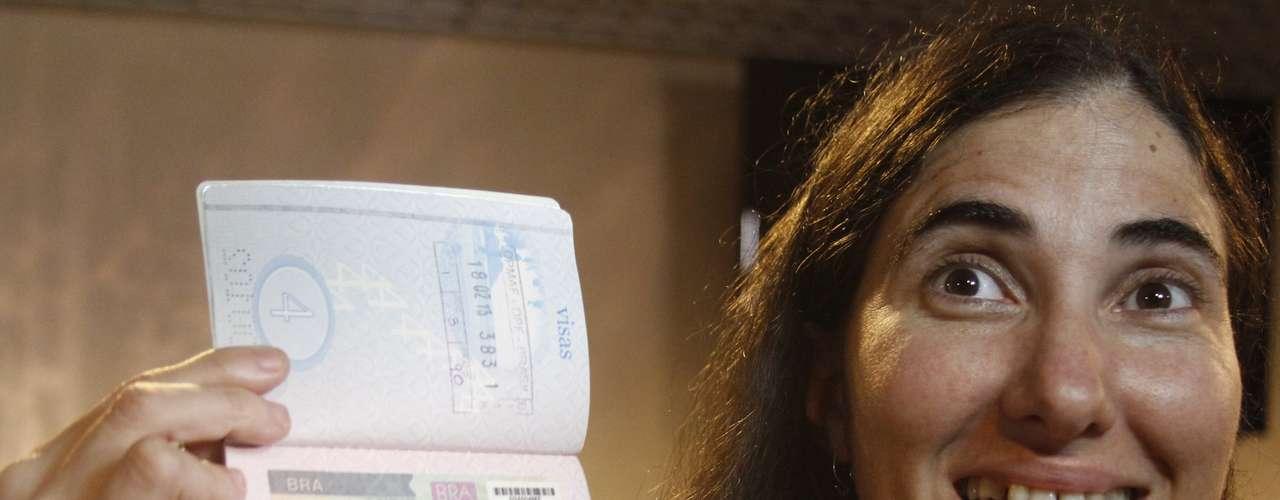 Yoani mostra seu passaporte com o visto brasileiro. Após ter mais de 20 pedidos para viajar ao exterior negados nos últimos cinco anos, ela ganhou no fim de janeiro o direito de deixar Cuba temporariamente