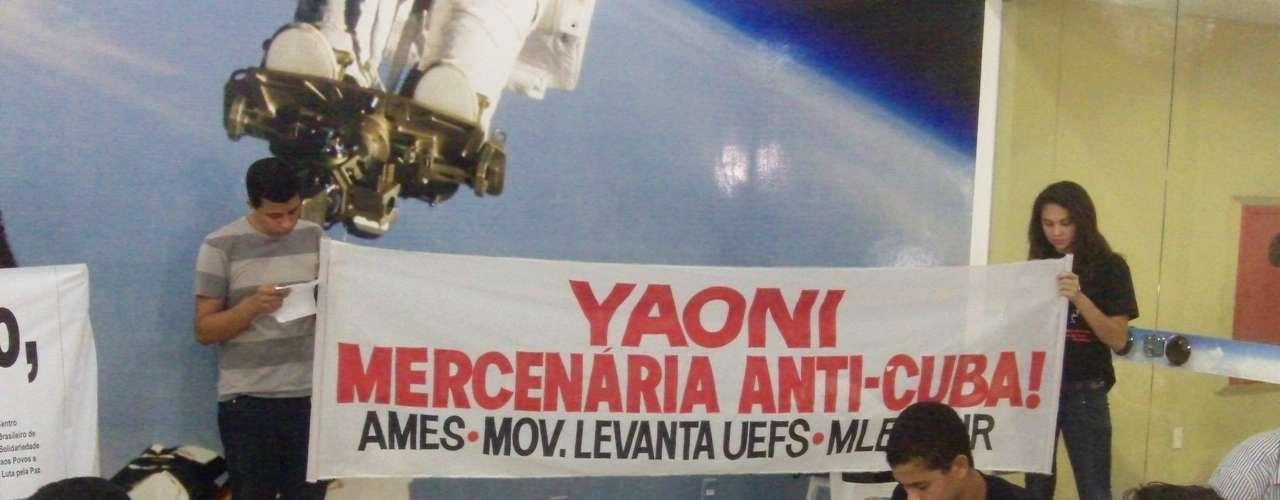 Protestantes munidos de faixas e cartazes protestavam contra a vinda da blogueira ao Brasil e a favor do regime comunista cubano. Eles afirmavam que a blogueira é uma personalidade falsificada produzida pelos Estados Unidos e aliados