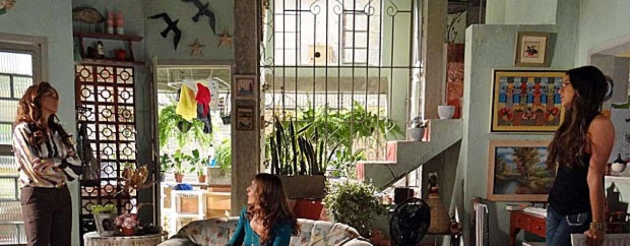 Em uma conversa com Lurdinha, Helô descobre uma ligação entre Wanda e Santiago e fica desconfiada
