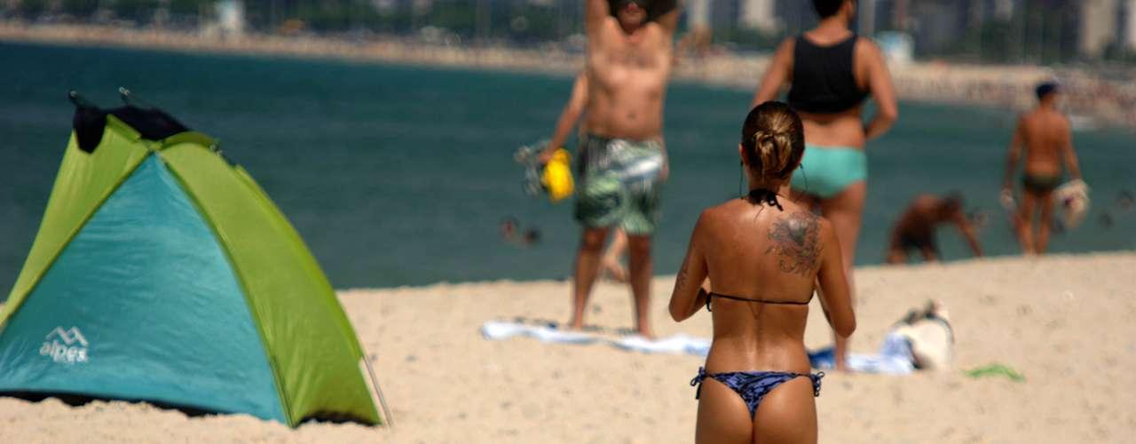 20 de fevereiro - Depois de um dia em que a sensação térmica chegou a 50ºC, os cariocas voltaram às praias nesta quarta-feira quente