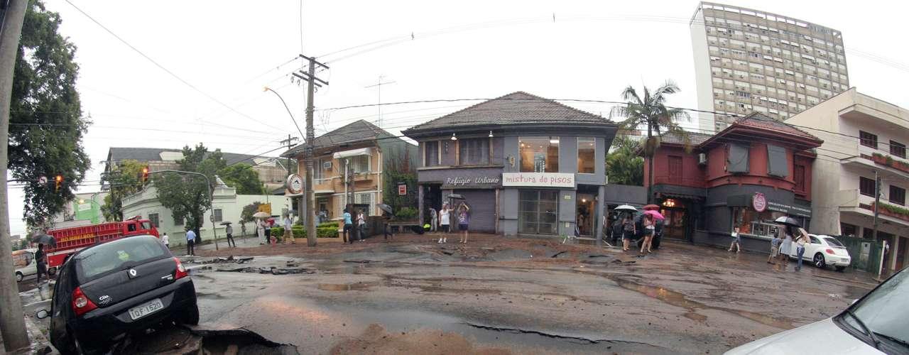 Asfalto cede na rua Coronel Bordini, durante temporal