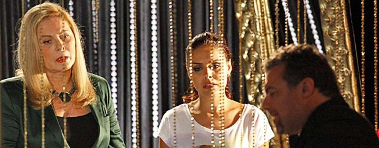 Após uma explosão nas ruas de Instambul e a fuga de Morena (Nanda Costa), Russo (Adriano Garib) vê uma foto no jornal e acha que a jovem do Alemão morreu. Desconfiado, o vilão manda Rosângela (Paloma Bernardi) ir reconhecer o corpo
