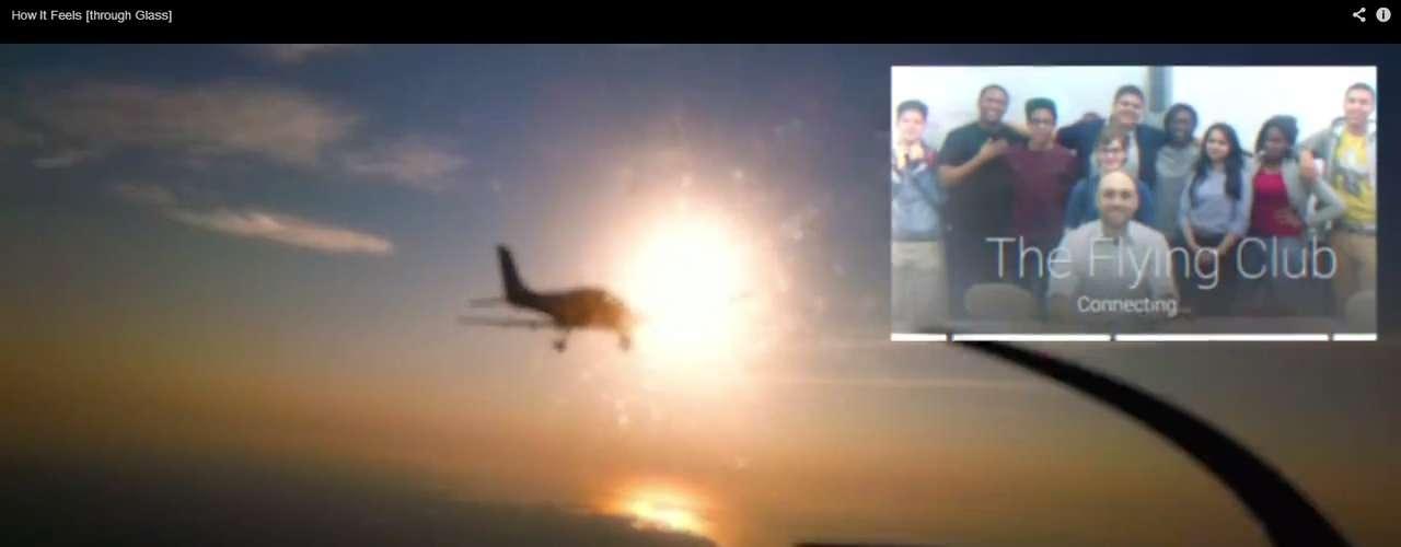 Um piloto convoca seus amigos para um hang out - recurso de chamada por vídeo do Google Plus - em pleno ar. Tudo é transmitido por áudio e vídeo, e o óculos é integrado aos contatos do usuário