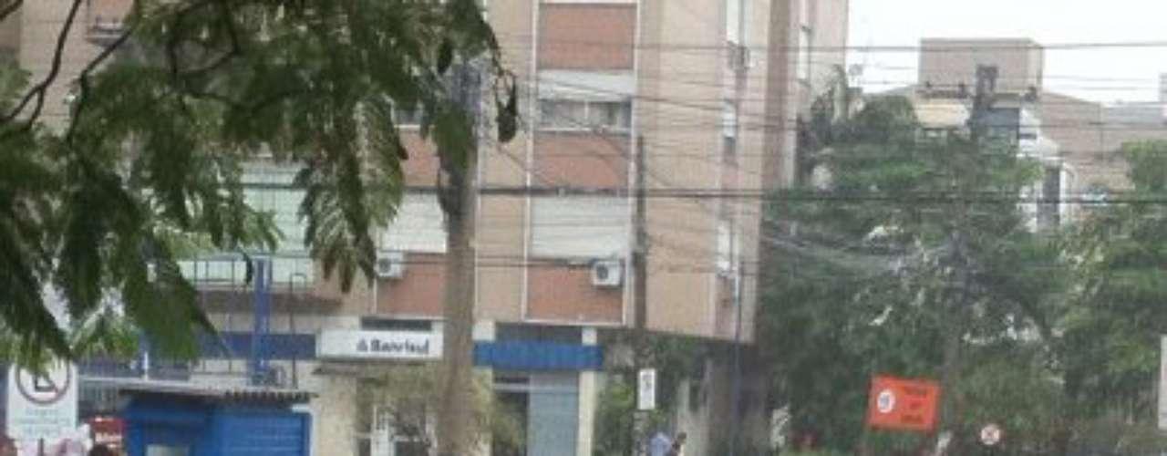 O cruzamento entre as avenidas Neusa Goulart Brizola e Protásio Alves também ficou alagado
