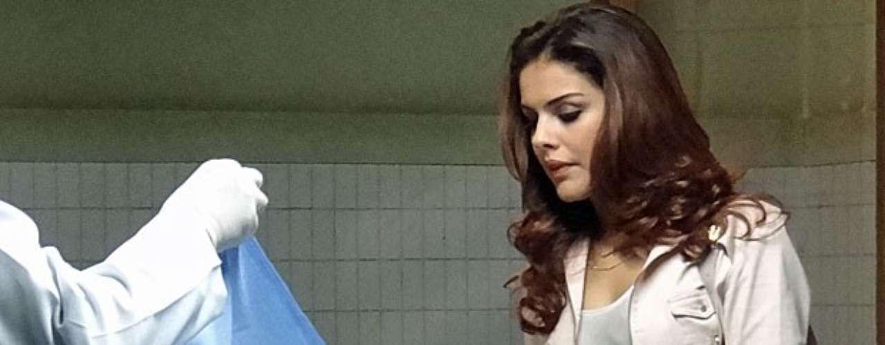 Sem imaginar que Morena (Nanda Costa) conseguiu fugir após uma explosão em Istambul, Russo (Adriano Garib) manda Rosângela (Paloma Bernardi) reconhecer o corpo da traficada entre os mortos no atentado. Mas, desta vez Rosângela resolve não ajudar a máfia e mente dizendo que Morena está mesmo morta