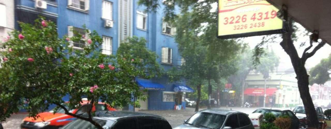 Temporal também atingiu o bairro Cidade Baixa, em Porto Alegre