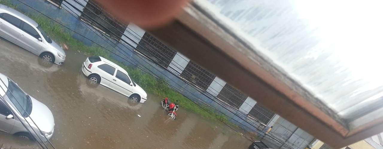 Veículos foram tomados pela água na rua Hoffmann, no bairro Floresta