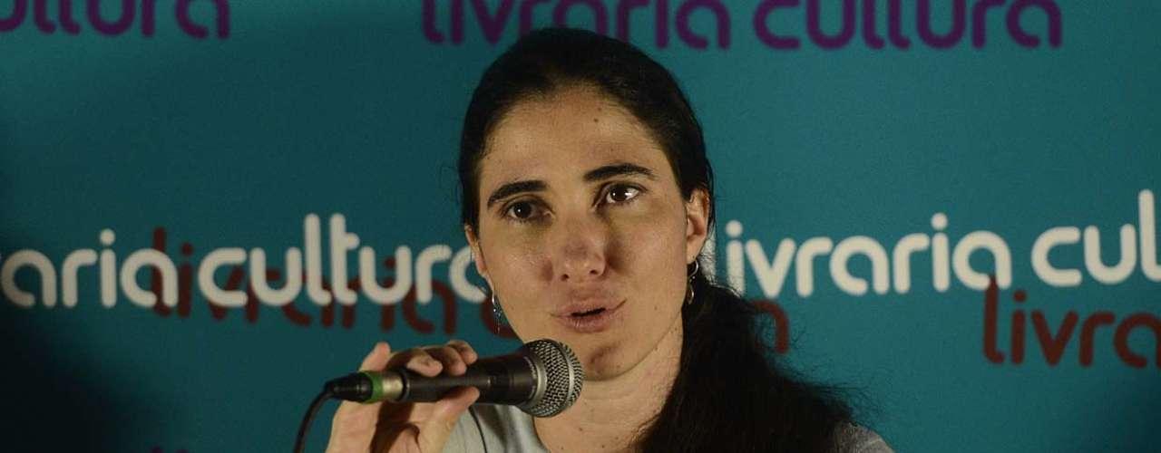 Yoani Sánchez conversa com pessoas presentes ao bate-papo com a blogueira na Livraria Cultura