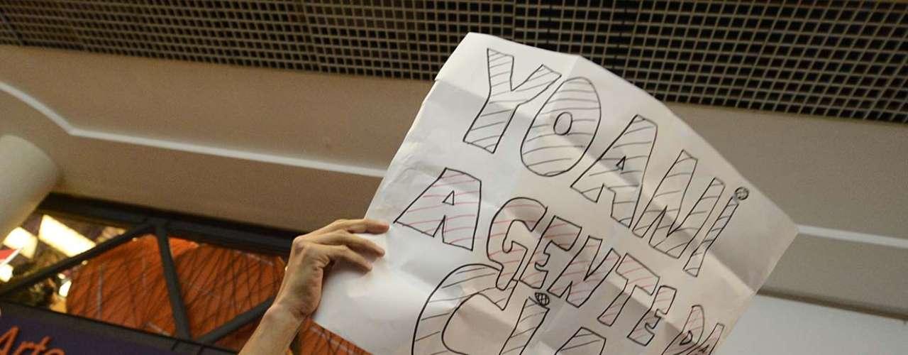 Cartaz de manifestante acusa Sánchez de trabalho de espionagem para os Estados Unidos