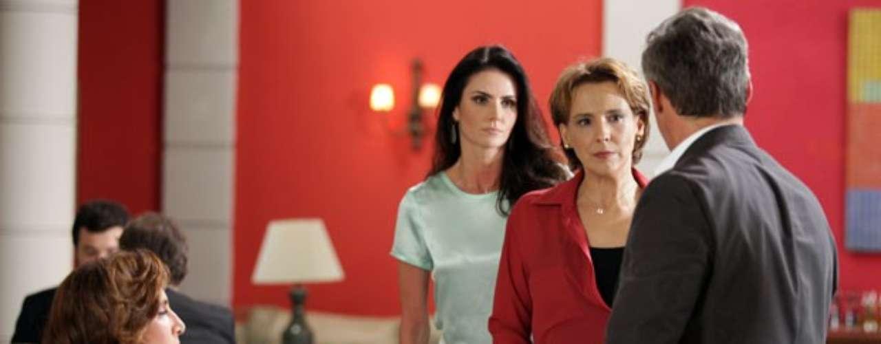 Wanda (Totia Meirelles)vai almoçar com o Coronel Nunes (Oscar Magrini) e é surpreendida por Rachel (Ana Beatriz Nogueira) e Amanda (Lisandra Souto). As duas chegam ao restautante e, avistando o coronel, vão até a mesa causar aquela saia justa. Mas Rachel tem uma surpresa nada agradável: ela reconhece Wanda, ou melhor, Djanira, pois a bandida inventou um nome falso quando bateu no carro de Maitê (Cissa Guimarães) meses antes. Wanda fingeque não conhece Rachel