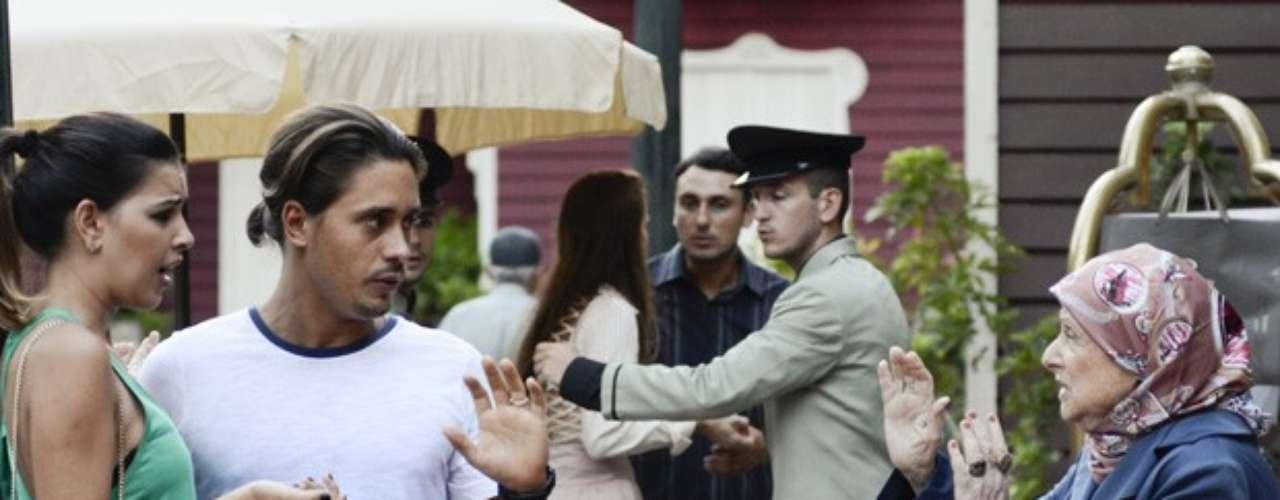 Pepeu (Ivan Mendes) e Drika (Mariana Rios) estão de volta à Turquia.Sem ligar para as tradições e costumes do país, os dois se beijam no meio da rua.Bem na hora, uma senhora passa e fica indignada com a cena.
