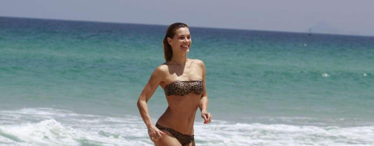 Carolina Dieckmann voltou a frequentar as praias cariocas, escolhendo a praia da Barra da Tijuca para exibir sua boa forma