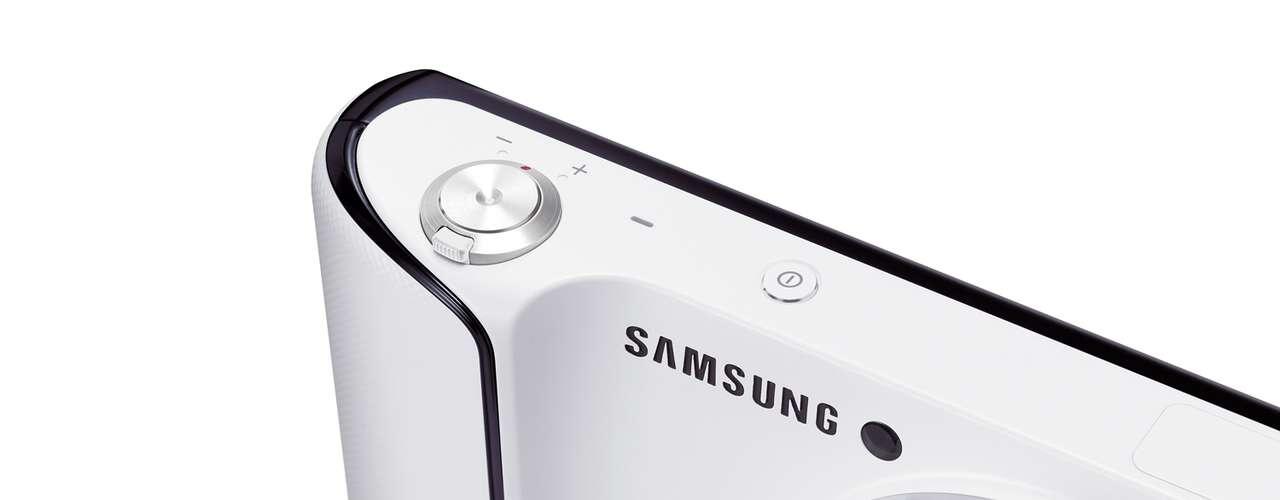 O aparelho roda uma versão modificada da última geração do Android, a Jelly Bean, e tem conectividade 3G e Wi-Fi