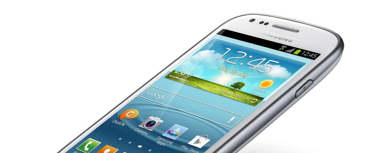 Já o Galaxy S III mini  tem tela Super AMOLED de 4 polegadas e, apesar do hardware menos potente que seu irmão maior, traz todos os recursos de software que a Samsung colocou no seu topo de linha