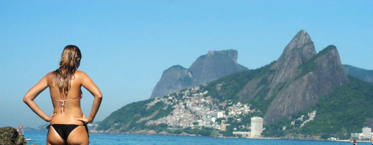 22 de fevereiro - Banhistas aproveitam dia de sol na praia do Arpoador, no Rio